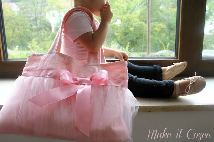 Have to make this even though my daughter has several ballet bags already.....The Little Ballerina Bag