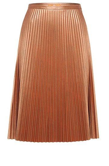 Un classico reinterpretato: questa gonna BOSS Orange ariosa, realizzata in materiali misti leggeri, presenta pieghe plissettate femminili. La superficie lucida e metallizzata dona alla gonna un tocco moderno. Indossala per creare uno stile glamour o rock con giubbotto in pelle e stivaletti.