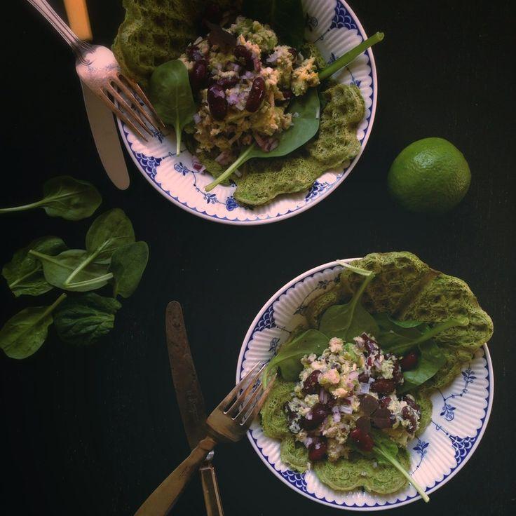 Spinatvafler med tun, avocado og kidneybønner | Costume.dk