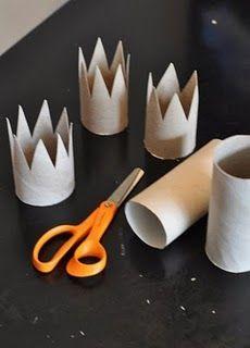 coronas con el rollo de papel higienico pintadas de dorado
