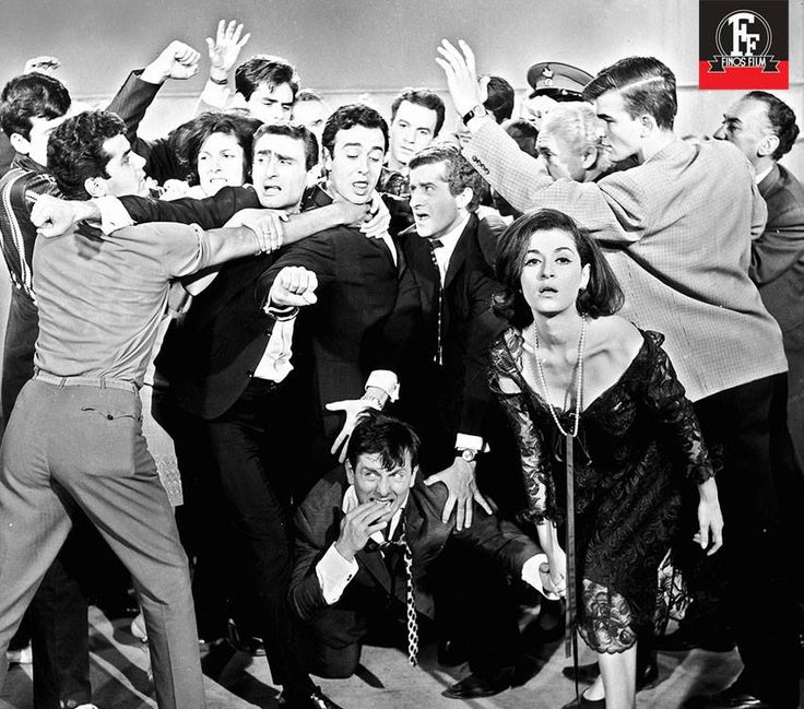25 Ιανουαρίου 1965 – Πρεμιέρα για την μουσική κωμωδία του Γιάννη Δαλιανίδη «Κορίτσια για Φίλημα». Δροσερές ατάκες, εντυπωσιακά κοστούμια, και αξιολάτρευτες στιχομυθίες από ηθοποιούς-διαμάντια, όπως η Ρένα Βλαχοπούλου, ο Κώστας Βουτσάς, ο Αλέκος Τζανετάκος, η Μάρθα Καραγιάννη, η Ζωή Λάσκαρη και πολλοί άλλοι. Τα γυρίσματα πραγματοποιήθηκαν στην Αθήνα, τη Ρόδο και την Ύδρα, ενώ ένα πλάνο γυρίστηκε στη Νέα Υόρκη.
