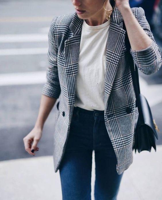 15 Intelligente Möglichkeiten, ein weißes T-Shirt zur Arbeit zu tragen