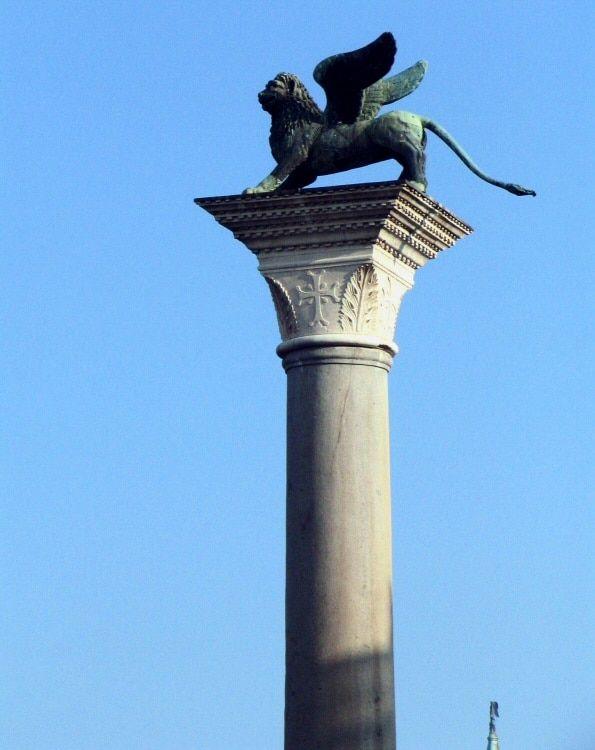 La columna de San Marcos a la entrada a la Plaza San Marcos. Venecia.