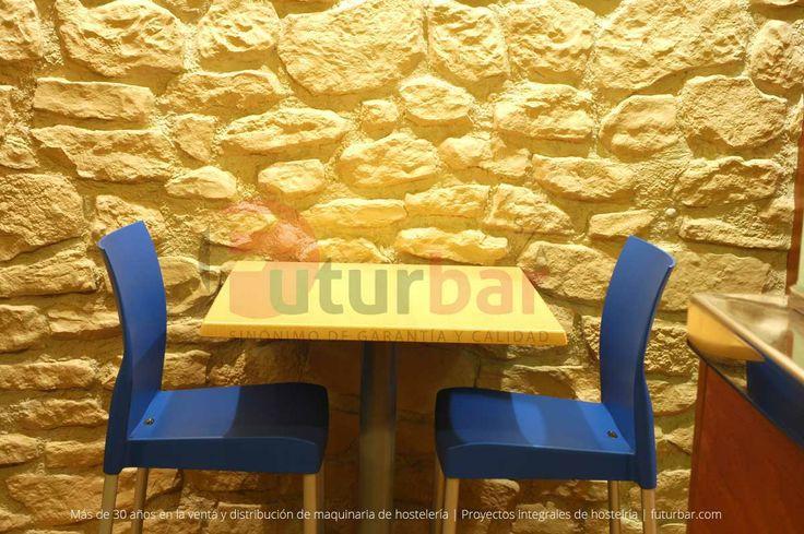 Pared de inspiración rústica junto a una línea de mueble sencilla. Por futurbar.com