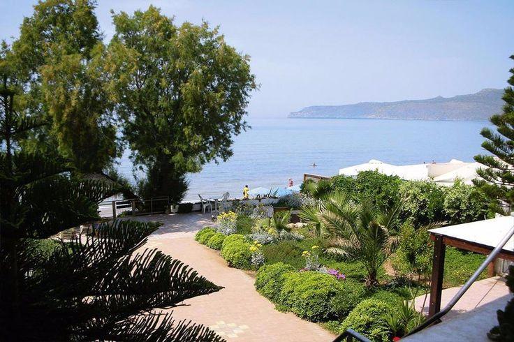 Στο βορειοδυτικό τομέα της Κρήτης διατίθεται προς πώληση παραλιακή βίλα σε περιοχή με μεγάλη τουριστικά κίνηση. Αποτελείται από τρία ανεξάρτητα διαμερίσματα και ένα κατάστημα.
