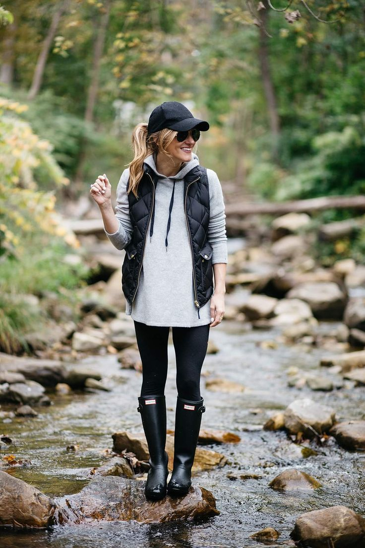 what to wear on a casual day outfit, rainy day outfit idea, hunter boots outfit, baseball cap, fall layering, hunter boots, matte rain boots, grey hoodie and leggings outfit