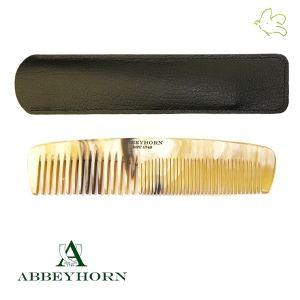 Abbeyhorn - Grand Peigne en corne à double denture avec étui cuir (16,8 cm) Un peigne d'une taille généreuse regroupant écartement fin et moyen des dents, réalisé en corne naturelle pour faciliter le glissage entre les cheveux. Le peigne est livré dans son étui en cuir naturel noir qui le protège au quotidien. Fait main et poli main en Angleterre. Disponible dans l'e-shop www.officina-paris.fr #peigne #corne #naturel #horncomb #cuir #faitmain #british #abbeyhorn #barbe #cheveux #unique #luxe