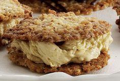 Sprøde nøddekager med smørcreme