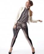 Sexy stripes Camisa rayada de seda, pantalón de cuero en plateado y negro (Square, $ 408 y $ 1164), chaqueta blanca con tachas doradas (Desiderata, $ 1295), pulseras (Prüne, $ 149 c/u), stilettos negros de glitter (Paruolo) y sobre negro (Carla Danelli, $ 700).