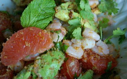 """750g vous propose la recette """"Salade thaï aux crevettes, pamplemousse et menthe"""" publiée par Snapulk."""