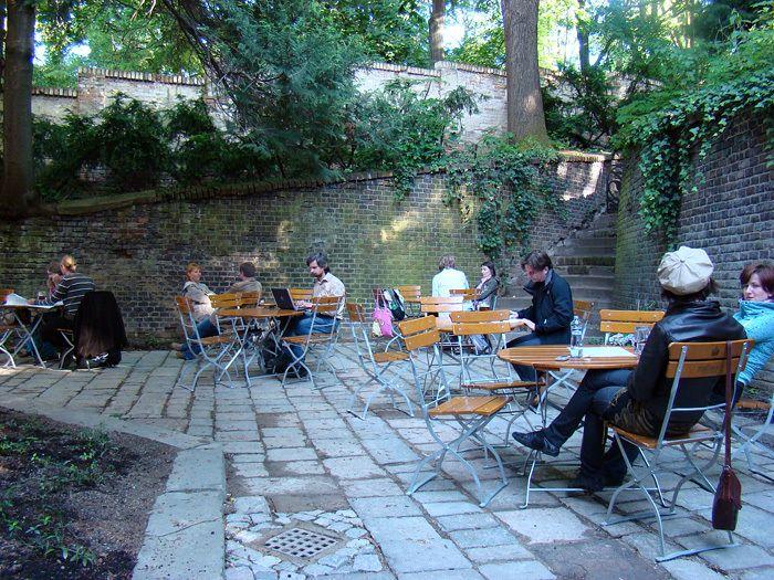 Café Podnebí - recenze: http://kafevbrne.blogspot.cz/2013/05/kavarenske-povalecstvi-v-cafe-podnebi.html