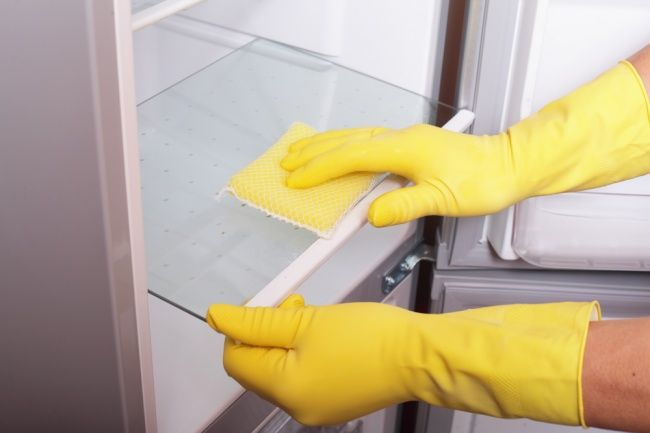 Una solución de agua con bicarbonato de sodio es perfecta para limpiar el interior de refrigerador; para prepararla toma cuatro cucharadas de bicarbonato de sodio por cada litro de agua. Usa el líquido para limpiar con un trapo, y ¡voila! tu refrigerador estará reluciente