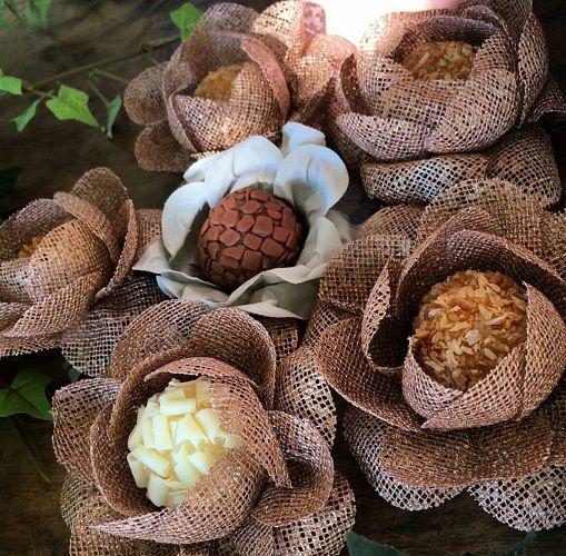 Forminha de doces finos para casamento Camélia Botão em Tela Escócia Gold Rosê.