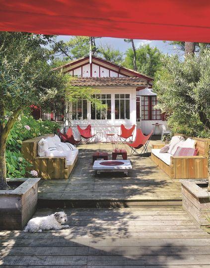 Du teck et des touches de rouge pour cette terrasse toute en longueur. Plus de photos sur Côté Maison http://petitlien.fr/7fce