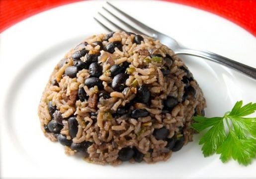 Dejar remojando los porotos negros en agua la noche anterior.  Cocinar los porotos en una olla con abundante agua a fuego medio durante 40-45 minutos o hasta que estén blandos. Condimentar.  Granear y cocinar el arroz con dos tazas de agua. Condimentar.  Sofreír la cebolla. Agregar el orégano, el ají color y un diente de ajo.  Mezclar el arroz, los porotos, la cebolla y el vinagre. Revolver y dejar cocinar tapado a fuego medio por 5 minutos.