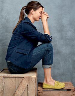 jeans, navy blazer, and bright shoes for fall