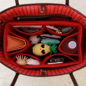 Spezielle Filz Tasche Organizer für Louis Vuitton Tasche Modelle. Heißer Verkauf Element.  Viele Frauen sind in Not mit der Unordnung ihrer Geldbörsen und Taschen. Jetzt können Sie Ihre Make-up-Zubehör, Brieftasche, Tablet-PC, Handy, Bücher, ID und viele andere persönliche Gegenstände mit dieser stilvolle und sehr nützliche Filz Tasche Veranstalter organisieren.  Der Veranstalter besteht aus Filz, so dass Ihre Artikel in der LV-Tasche nicht ziehen oder schieben. Sie können Ihre Artikel…