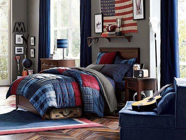 chambre ado garçon aux accents bleus et rouges, avec une peinture murale en gris clair et mobilier en bois