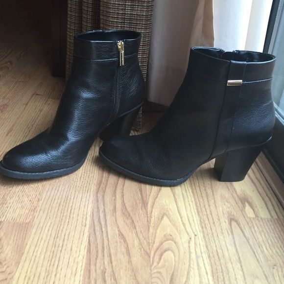 Short Black Boots Bandolino, leather black boots. Zippers are gold. Great condition! Bandolino Shoes Ankle Boots & Booties