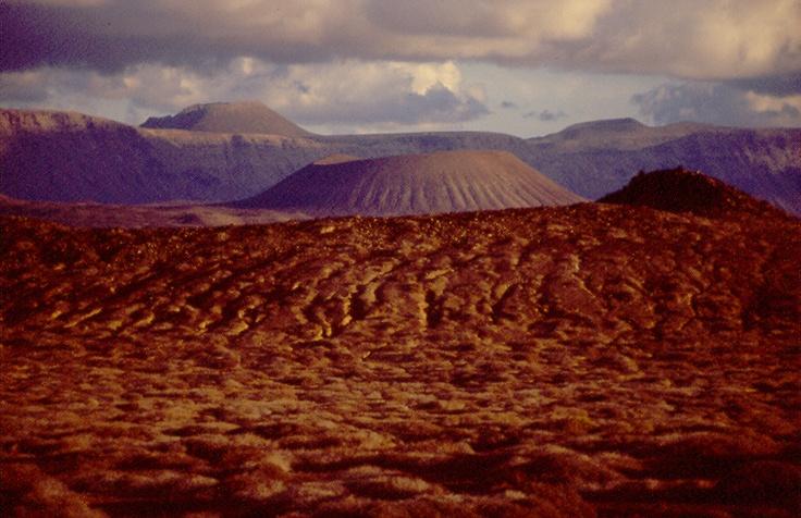 Alineación de volcanes desde Montaña Clara (Lanzarote). Proyecto LIFE Restauración de los Islotes y riscos de Famara. Universidad de La Laguna, Cabildo de Lanzarote, TRAGSA. Años 2000-2002.  http://ec.europa.eu/environment/life/project/Projects/index.cfm?fuseaction=home.createPage_ref=LIFE99%20NAT/E/006392=1=1999_proj_id=386=11978=321d6ec3b517d979-811E9B02-BACC-47F2-D12033612EB6C1D6=print=false#PD