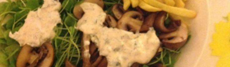 Salade van winterpostelein met geurig gebakken paddenstoelen en kruidige crème fraîche