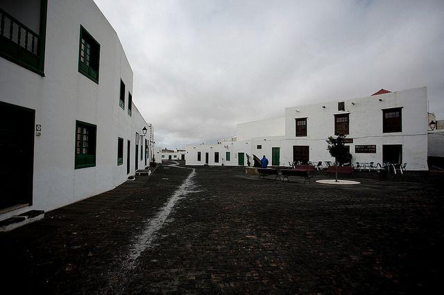 Teguise è un paese che si trova al centro di Lanzarote,a nord di Arrecife e a sud di Haría. Più grande di quanto immaginassi (il comune ha 21,152 abitanti) e, forse complice l'atmosfera da giornata molto piovosa, il paese mi ha colpita per l'atmosfera che sembrava quasi surreale. Arrivando dalla LZ-30 abbiamo trovato posto per […]
