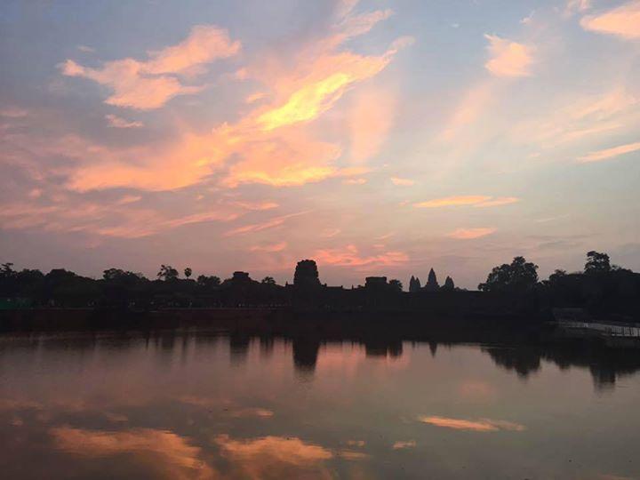 Lanciamo questo venerdì con il bellissimo scatto dell'alba di oggi su Angkor Wat della nostra Vanessa <3 #cambodianvibes #almostweekend #almostsunny