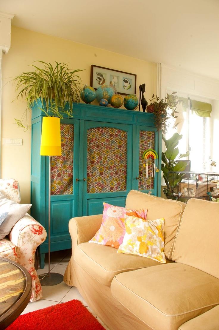 Tangerinette - armoire peinte bleu, salon. Tissu à fleurs ikea