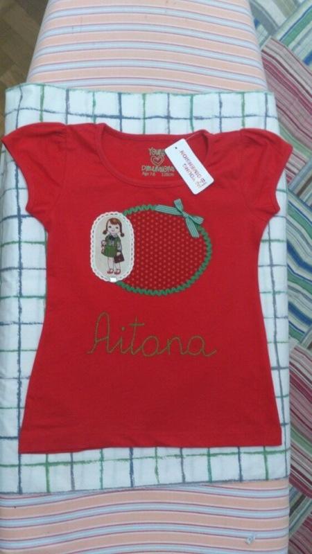 Camiseta personalizada y decorada con una pequeña muñeca
