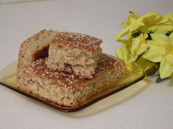 Kıbrıs yemekleri - HELLİMLİ - Kıbrıs'ın en ünlü yiyeceğinin hellim olduğunu biliyoruz. Hellimli de hellimin en muhteşem kullanıldığı yiyeceklerden biri. Her ne kadar İzmir'in boyozu gibi kahvaltılarda ve özel çay saatlerinde tüketiliyor olsa da poğaça türünden daha çok kek türü diyebiliriz hellimliye. İçine hellim ile birlikte az kavrulmuş soğan da konuyor. Üzerine de susam ve garacocco otu serpiliyor. Zeytinli olanına da zeytinli deniyor.
