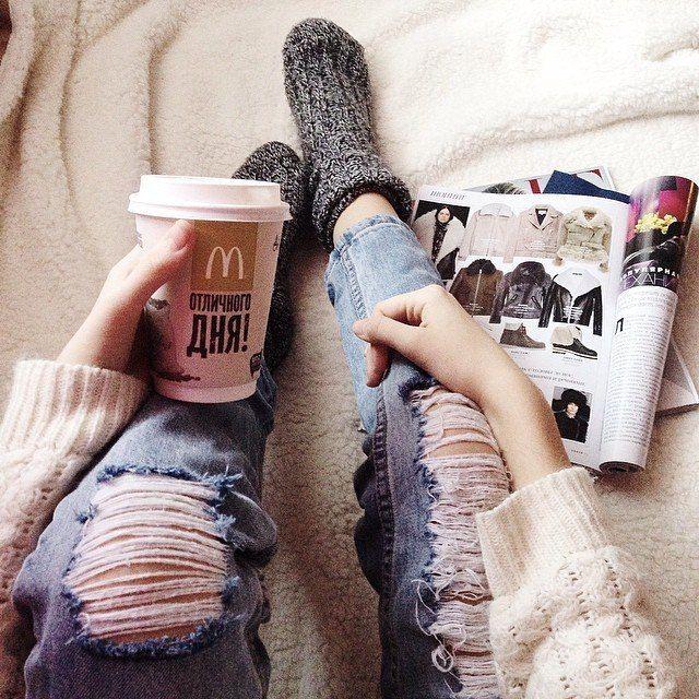 Рваные джинсы + кофе + журналы + одеяло + белый свитер