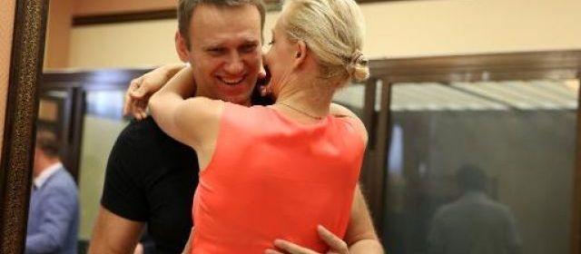 L'opposant Alexeï Navalny est revenu à Moscou samedi après sa libération de prison à Kirov (Russie) décidée malgré sa condamnation à cinq ans de prison, a rapporté un journaliste de l'AFP. Navalny et son épouse sont descendus du train de nuit arrivé de Kirov, à 900 km à l'est de Moscou, où il avait été jugé. L'opposant, qui a fait appel, avait été placé vendredi en liberté surveillée.