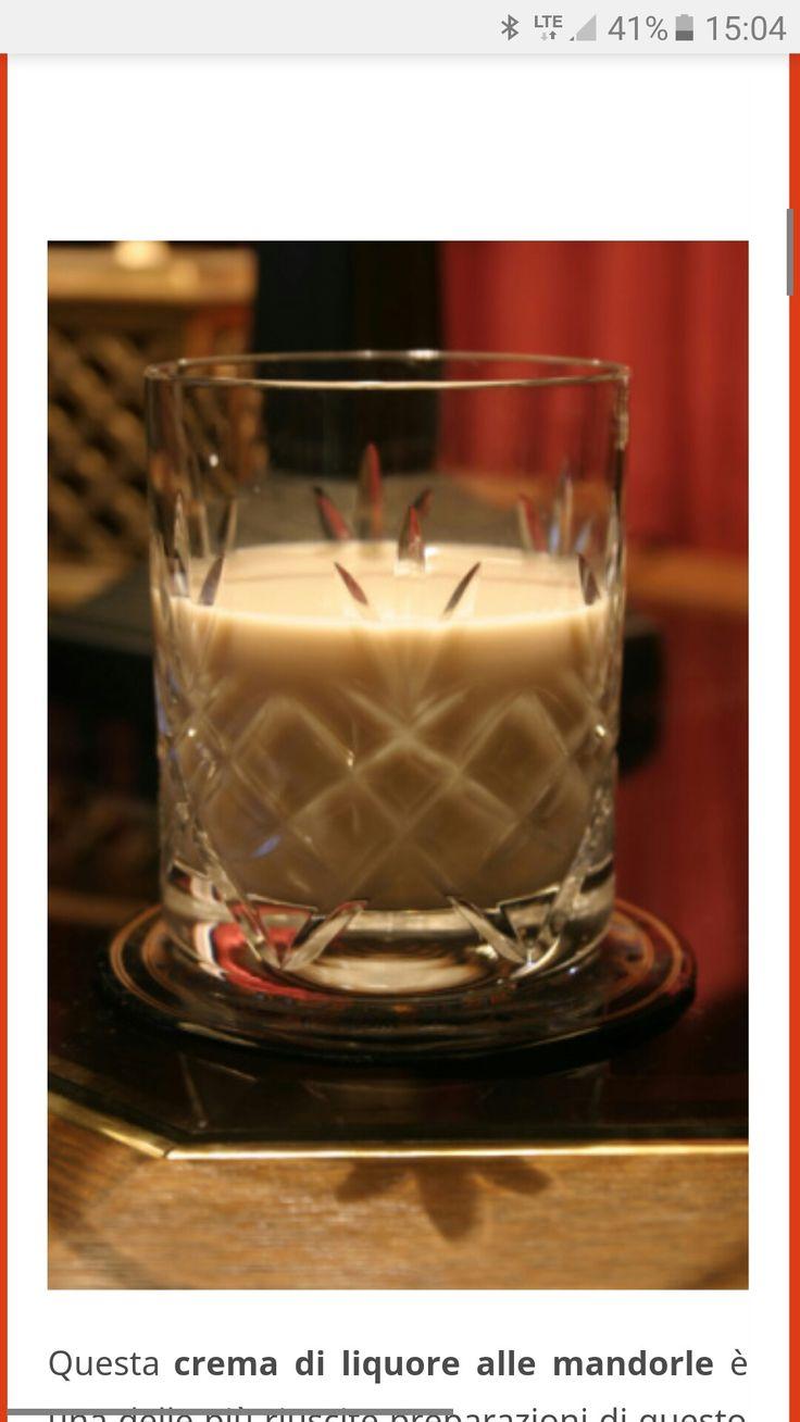 Crema di liquore alle mandorle .  In un frullatore versare le mandorle insieme allo zucchero. Frullarli insieme fino ad ottenere un composto finissimo.    Versare in un pentolino la panna insieme al latte, ed al composto di mandorle e zucchero e portare ad ebollizione. Fare raffreddare.  Una volta completamente freddo filtrare il composto ed unire l'alcool. Mescolare benissimo e versare nelle bottiglie apposite. Conservare in frigo