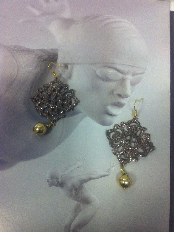 orecchini all'uncinetto a forma di piccolo rombo.Dipnti a mano nei toni del tortora,con glitter dorati e vetrificati.Pendente perla dorata