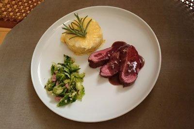 Rehrücken an Rotweinjus mit Kartoffelgratin und gebratenen Rosenkohlblättern - Rezept - kochbar.de