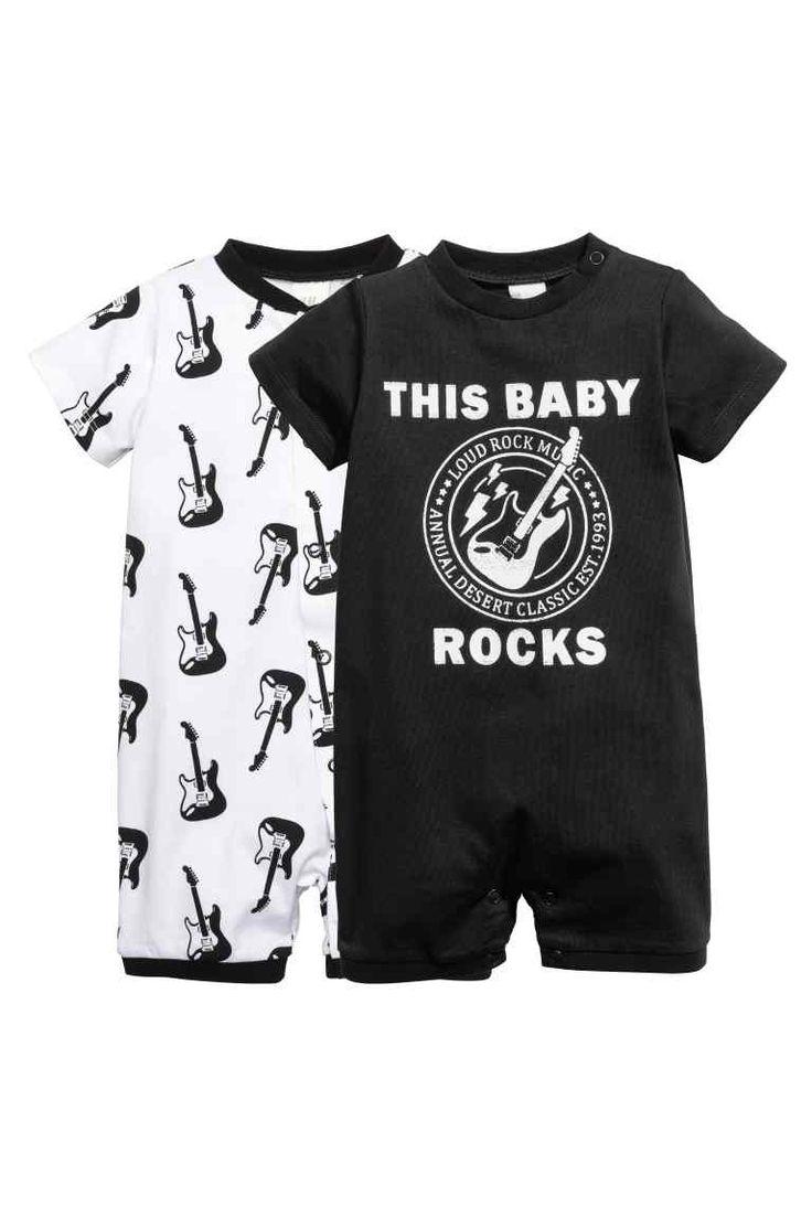 Pack de 2 pijamas: CONSCIOUS. Pijamas en punto de algodón orgánico suave con mangas y perneras cortas. Cierre con botones de presión.