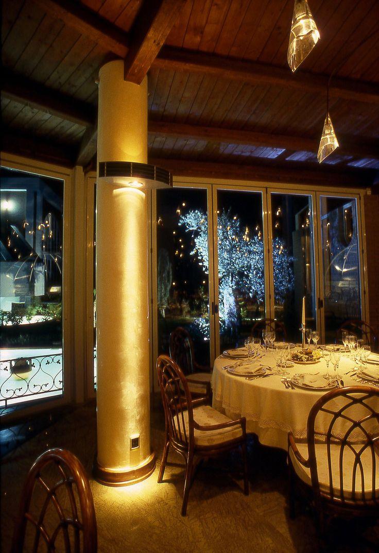 Il proprietario di questo ristorante per eventi ha puntato sulla luce per differenziarsi, per aumentare il numero di clienti e il volume di affari. Abbiamo contribuito al suo successo con una luce accogliente, che cambia a seconda dell'evento o della situazione, e con lampade personalizzate ad hoc che come un vestito su misura esaltano l'identità del luogo. http://cannatafactory.com/ristorante-la-sirena-durazzano-bn/
