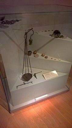 Dit zijn Romeinse munten, weegschalen en gewichten. Deze weegschalen werden gebruikt om het gewicht te bepalen. Vaak werden deze zo gemaakt dat handelaren meer winst konden maken.