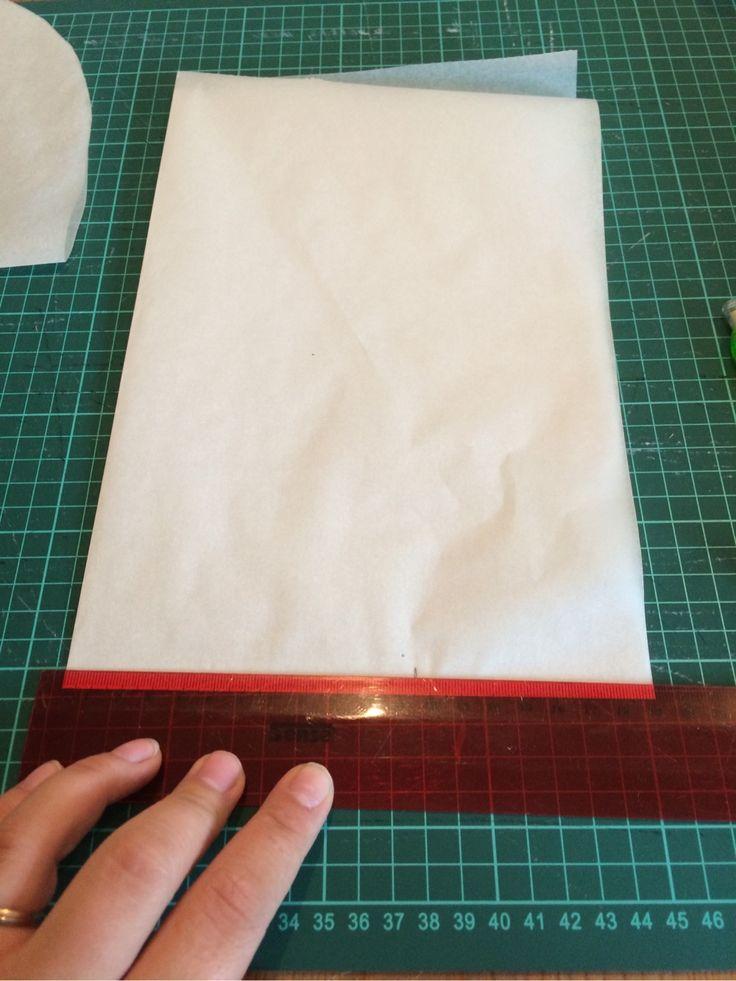 Hej! Idag tänkte jag visa och förklara för er hur jag gör när jag ritar ett eget mössmönster.Jag ritar mina mönster på vanligt smörpapper som man kan köpa i mataffären. (När jag ritar av mönster i…