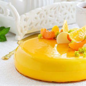 Mirror Glaze hat viele tolle Eigenschaften. Erstens passt sie auf jede Art von Kuchen oder Torte. Je nach Zusammenstellung der Zutaten ist sie perfekt für eine fruchtige Sommertorte, einen kräftige