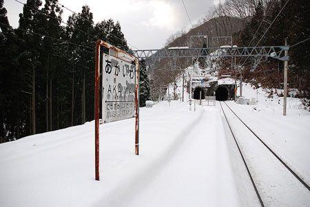 影から駅を支える人の手を感じる。除雪してから、また雪が降ったのだろう。2009/1 JR奥羽本線 赤岩駅© 2010 風旅記(M.M.) 風旅記以外への転載はできません...