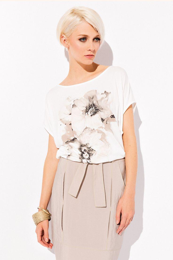 БЛУЗКА SUMMER Очаровательная женская блузкаSummer. Модель выполнена в прямом свободном фасоне, с короткими рукавами и полукруглым вырезом декольте. Главным украшением блузки есть необыкновенной красоты цветочный принт, которыйподчеркивает женственность и очарование своей обладательницы.
