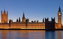 Todos pensamos en que Londres es una ciudad cara, pero aun así, es posible realizar un gran número de actividades sin gastarnos una fortuna. Por ejemplo, debes saber que la mayoría de los museos principales son gratuitos y por otra parte, podemos recorrer a pie la ciudad para disfrutar de sus rincones más especiales, evitando de esta forma desplazarnos en el costoso transporte público de Londres…