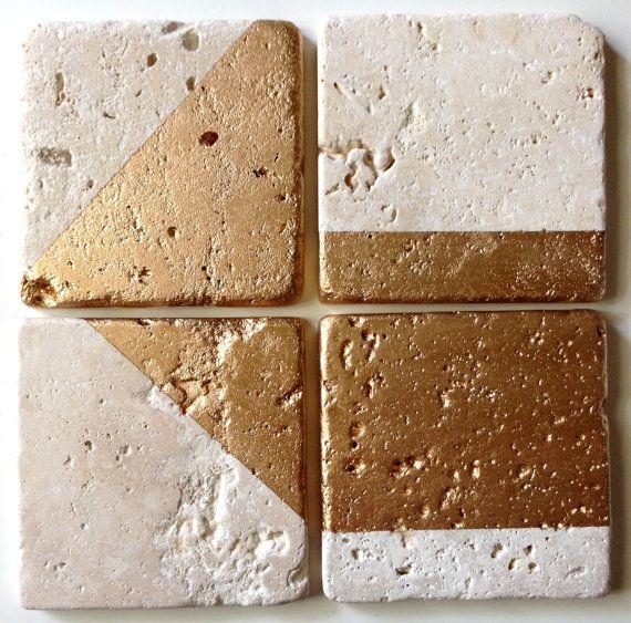 Echtes gold liquid Leaf ergänzt die einzigartige Qualität der diese Untersetzer. Es ist echte flüssige Blatt, nicht metallischen Sprühfarbe oder metallic Acryl-Lack. Blattgold-Paint ist sich dauerhaft und langlebig. Zwei Schichten von Farbe hinzu, dieses einzigartige natürliche Widerstandsfähigkeit hinzufügen Die Naturstein bleibt unversiegelt, so es noch Feuchtigkeit, ein großer Bonus absorbiert! Verwendung mit heiß oder kalt. Einfache Reinigung!  KURZANLEITUNG: -4er set -Trommelsteine…