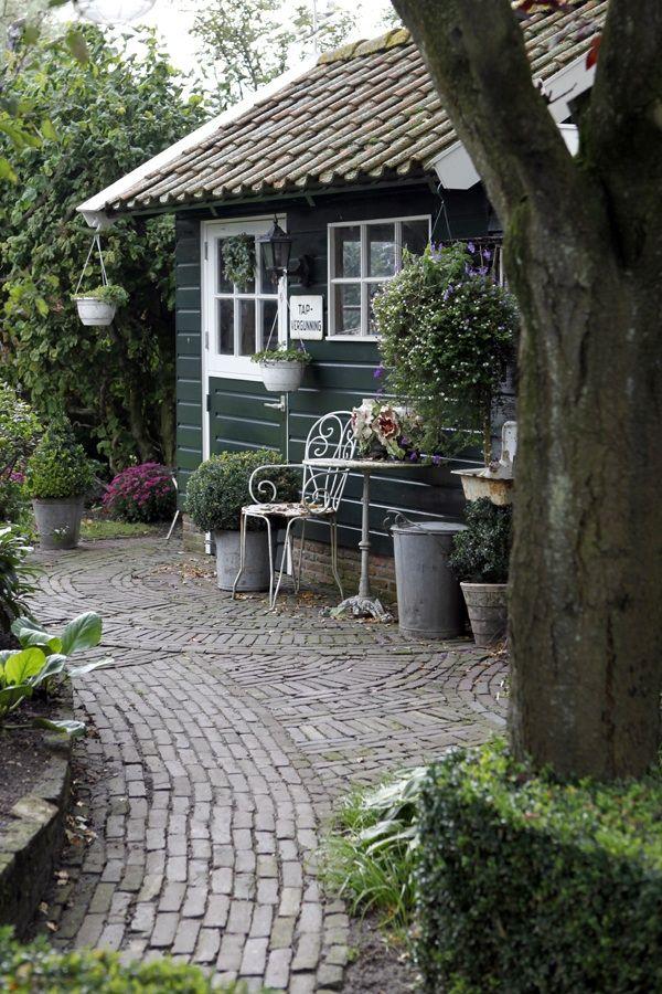 Tuin met oude klinkers