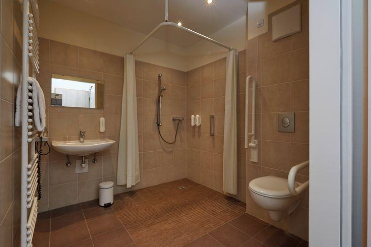Einige Zimmer verfügen über ein barrierfreies Bad | H+ Hotel München