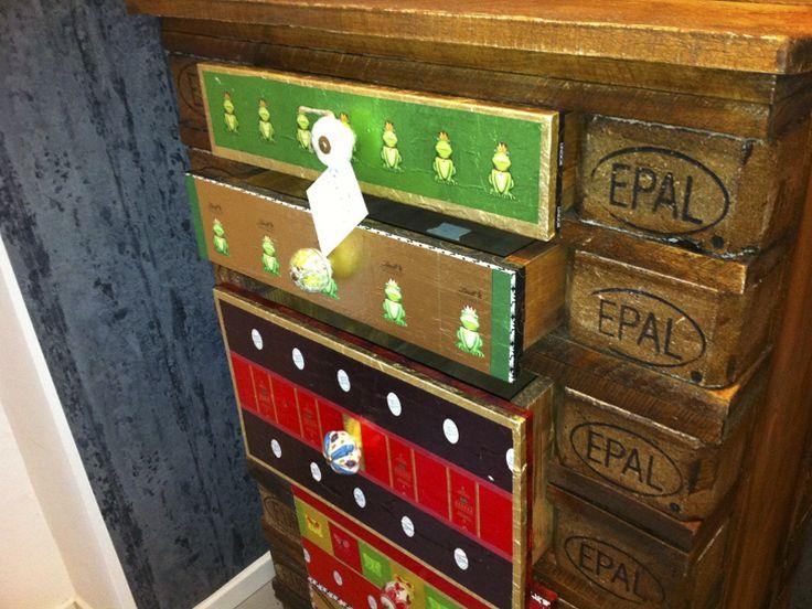 Tag 566: Gastbeitrag – Palettenlade Verena baut neue Möbelstücke aus Holzpaletten oder restauriert alte Stücke und beklebt sie mit gebrauchten Pralinenpapierchen. Hier seht ihr mehr davon.
