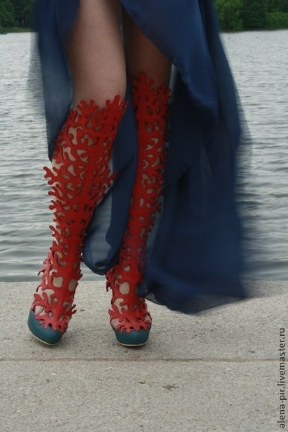 Босоножки. Обувь ручной работы. Высокие ажурные босоножки, кораллового и сине-зеленого цвета, обувь, с обтяжной платформой, высота каблука 12 см, высота платформы 3 см, фиксируется на ноге ремешками и пряжками, материалы верха и подкладки натуральная кожа.