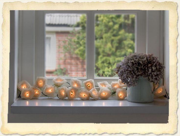 Je bruiloft, diner, feestje of woonkamer wordt romantisch verlicht met deze rozenlampionnetjes.  Handgemaakte sfeerverlichting met mooie cremekleurige rozen met groene blaadjes. Het lichtsnoer is wel 3 meter lang en heeft 20 sfeerlampjes. Dit fair-trade product word gemaakt in het noorden Thailand. De roosjes zijn gemaakt van de gedroogde blaadjes van de Pará rubberboom.