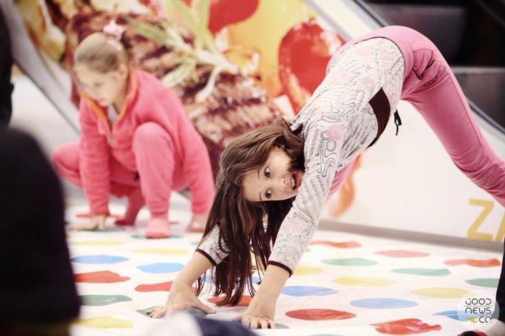 Mega twister. Gry i zabawy. Aktywności dla dzieci. Zabawy dla dzieci.